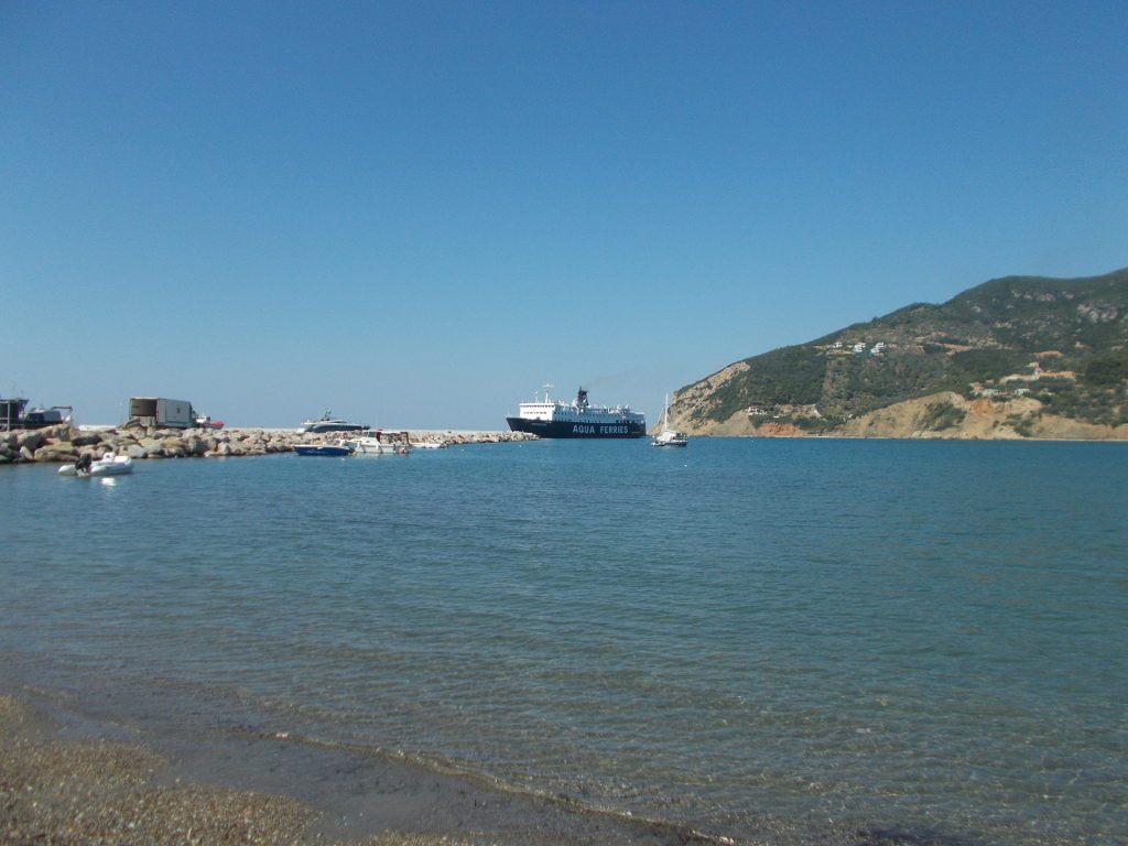 The ferry arrives in Skopelos harbour. Το πλοίο φτάσει στο λιμάνι Σκοπέλου.