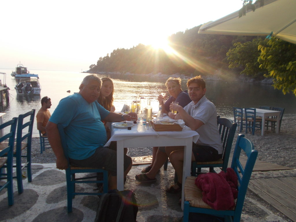Dinner at the beach in Agnontas - Φάγαμε στην παραλία στην Αγνώντα.