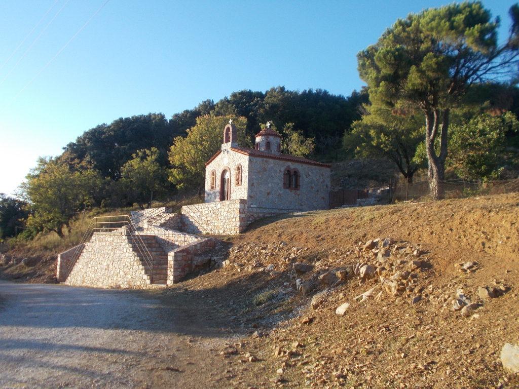The small church next to the monastery - Η μικρή εκκλησία δίπλα στο μοναστήρι.
