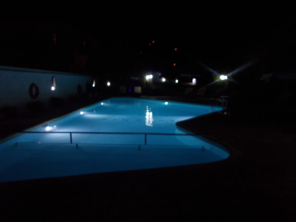 The pool bar at night - Το πισίνα και το μπαρ στη νύχτα