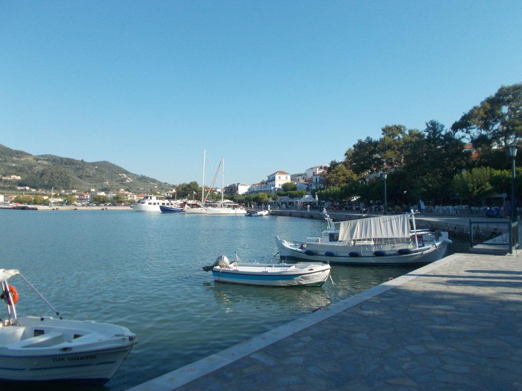 Skopelos harbour. Στο λιμάνι της Σκοπέλου.